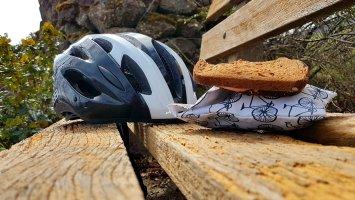 Lunch op een bankje dat vergeven was van de houtworm...