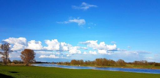 De IJssel met in de verte het veer naar Olst