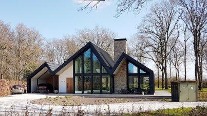 Mooi modern huis... Maar dan wel met een lelijk transformatorhuisje in de tuin 🤔