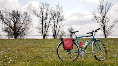 Mijn fiets op een veld vol madeliefjes met op de achtergrond het Veluwemeer