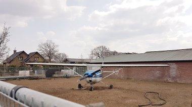 Een heus vliegtuig in een hertenweitje midden op de Veluwe... hoe kóm je erop!