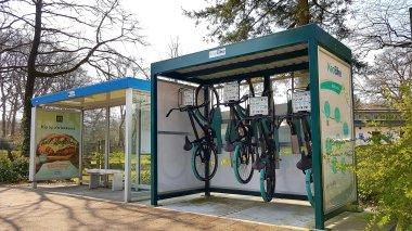 Mooi, zo'n OV-fiets initiatief! Al vraag ik me af of minder sterke personen de fietsen eenvoudig gepakt en terug gehangen krijgen...