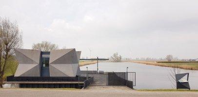 Een nogal stealthy uitziend gemaal Atlilia langs de IJssel