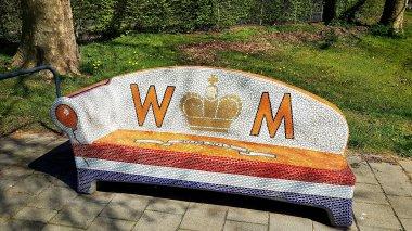 Een mozaïekbankje voor Willem en zijn Máxima. De kroonjuwelen zijn al gejat 😲